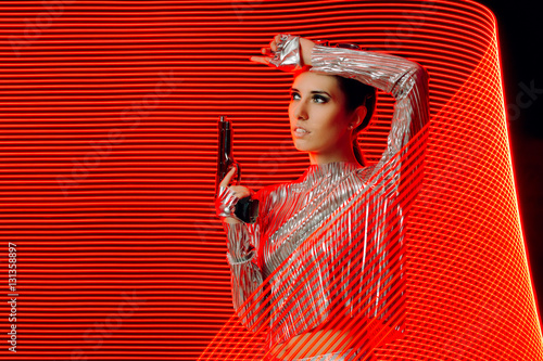 Foto  Secret Agent in Silver Outfit in Light Painting  Backdrop