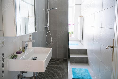 Fotografía blick durch die offene tür in ein modernes, schmales bad