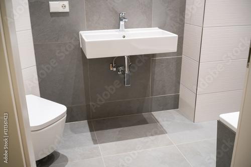 Fotografia  weißes, eckiges waschbecken in einem neuen bad