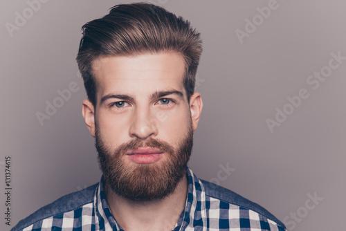 Fotografia  Portret przystojny młody człowiek myślenia patrząc na kamery isolat