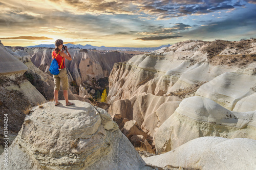 Valokuva  Young woman take photo majestic sunset in Cappadocia