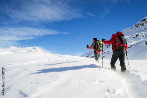 Alpinisme ski mountaineering in snowstorm