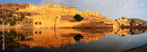 Poster de jardin Fortification Panorama of Amber Fort reflected in Maota Lake near Jaipur, Raja