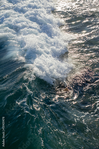 Autocollant pour porte Breaking waves on the Mediterranean sea from above