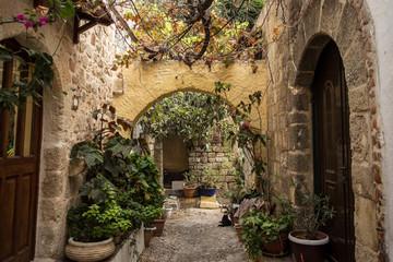 Średniowieczny łukowy backstreet na starym mieście Rodos, Grecja