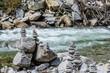viele steine am bach