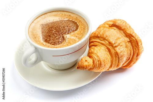 kawa-z-serduszkiem-i-croissant-na-bialym-tle