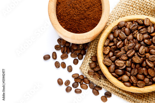 Fotografía  coffee beans in bowl isolated on white background