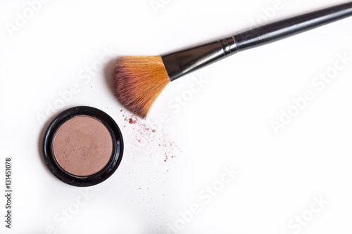 Fotografía  Cosmetic brush and blush powder isolated on white