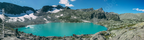 Photo  Photographer takes picture of matte cyan Strong Lake at an altitude