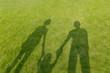 Leinwandbild Motiv 幼児と手を繋ぐ3人の影、家族のイメージ