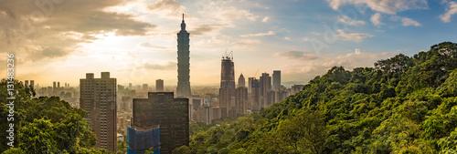 Fototapeta premium Pejzaż nocny widok Taipei. Panoramę Tajwanu o zmierzchu, krajobraz nadmorskiego górskiego miasta w Jiufen, z wieżą Taipei 101 w dzielnicy handlowej Xinyi