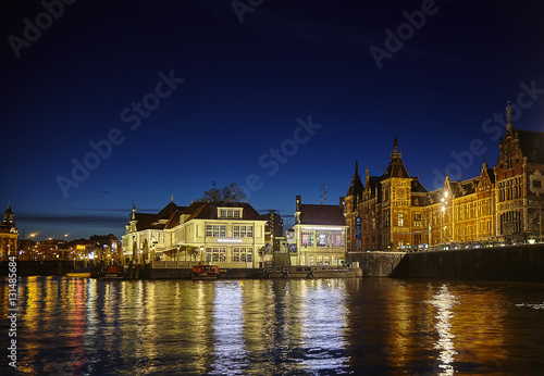 Photo  The central station in Amsterdam the Netherlands at night a view