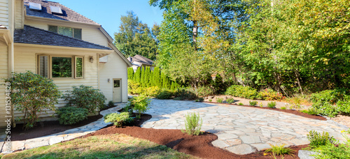 Fotografía  Path, patio and flowerbeds complete, with plants transplanted and mulched