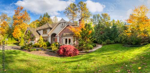 Plakat Panorama podmiejskiego domu w słoneczne jesienne popołudnie