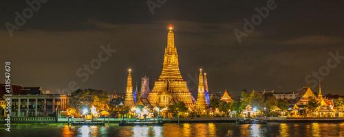 In de dag Bangkok temple bouddhiste Wat Arun sur les bords du Chao Phraya, Bangkok, Thaïlande