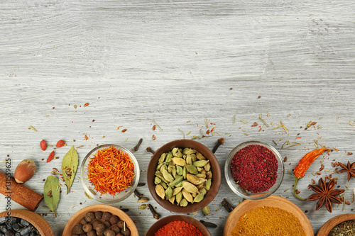 Papiers peints Herbe, epice 2 Aromatic spices on wooden background