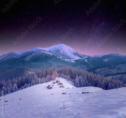 Foto op Plexiglas A small village in the Carpathians snow, night starry sky
