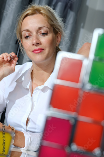 Fotografía blond hair business woman playing colored light cubes at work to