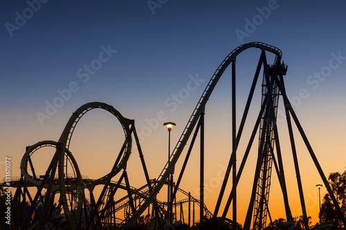 Zdjęcie XXL Sylwetka Roller Coaster o zachodzie słońca