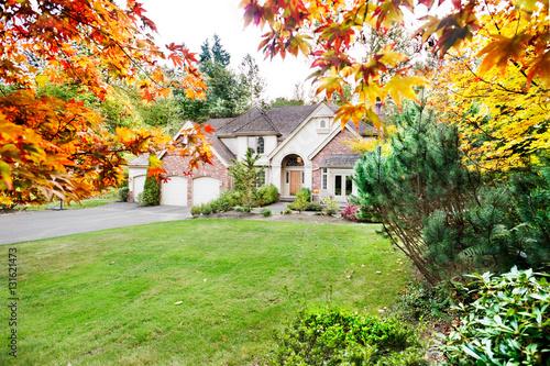 Plakat Podmiejski dom na początku jesieni, gdy liście zaczynają się obracać
