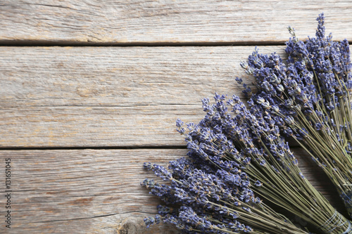 Photo Bunch of lavender flowers on grey wooden background