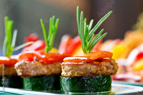 Fotografía set of finger food - zucchini, grilled pork, red pepper and rosemary