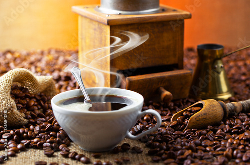 Cadres-photo bureau Café en grains Black coffee in a cup on old background