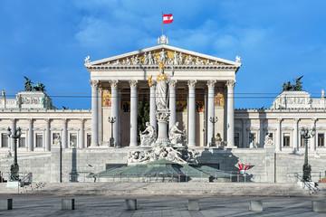 Zgrada austrijskog parlamenta i fontana Pallas Athene u Beču, Austrija. Zgrada je dovršena 1883. Fontana je postavljena između 1893. i 1902. godine.