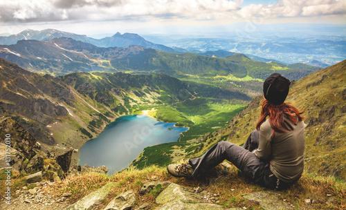 Ponad jeziorem w górach Fototapet