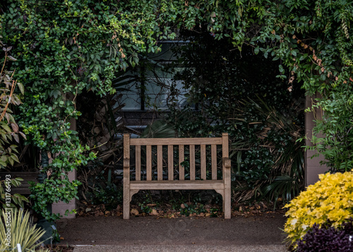 Fotografija Park Bench in Alcove