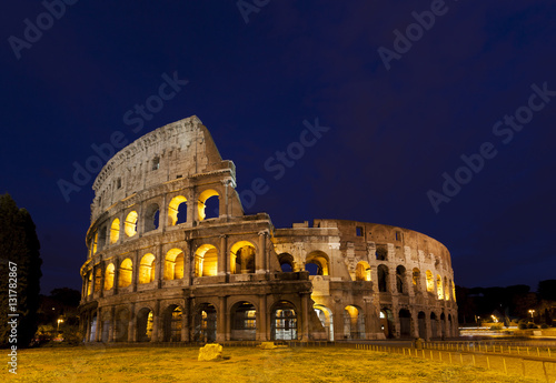 Photo  Colosseum Rome Italy at twilight