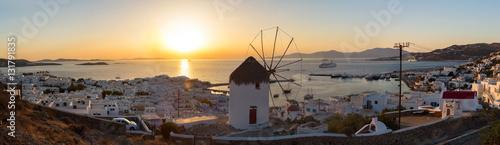 Fotografie, Obraz  Panorama von Mykonos Stadt mit alter Windmühle bei Sonnenuntergang