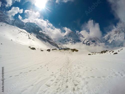 eksperymentalny-widok-na-slonce-z-zasniezona-sciezka-i-skalistymi-szczytami-himalajow