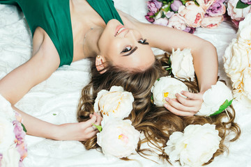 Obraz na płótnie Canvas pretty girl in flowers bouquets