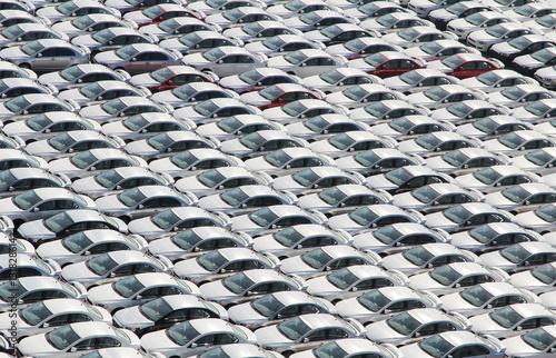 Valokuva  Auf den Versand wartende Autos