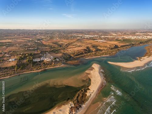 Plakat Zatoka i wieś Cacela Velha sfotografowany z nieba.