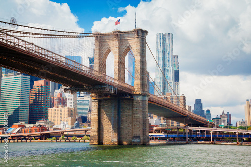 Photo  view of Manhattan with famous Brooklyn Bridge