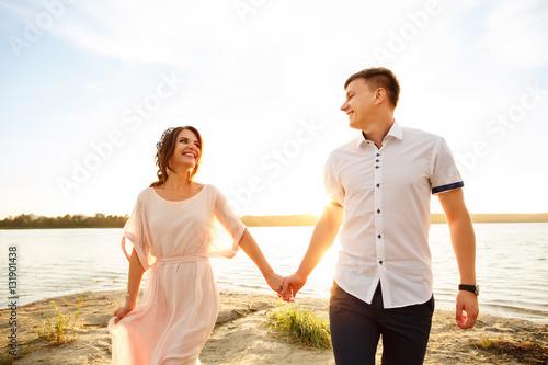 Fotografia  Honeymoon, happy honeymooners walking on sea side of indian ocean