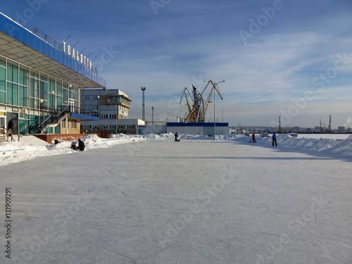 Foto op Plexiglas Зимний каток перед речным вокзалом (Тольятти)