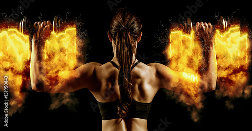 Photo Atractive fit woman works out with dumbbells as a fitness concep