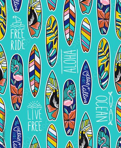 Materiał do szycia Wektor wzór z jasnych desek surfingowych i stylowe fraz na niebieskim tle.