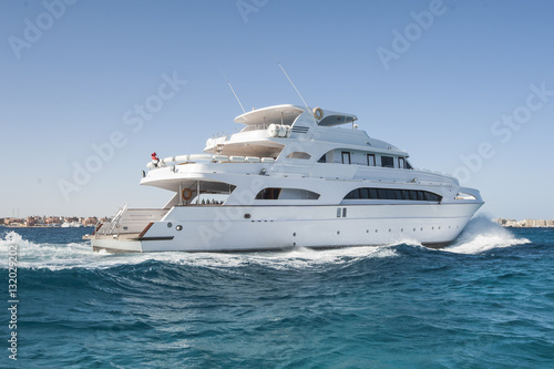 Pinturas sobre lienzo  Large private motor yacht out at sea