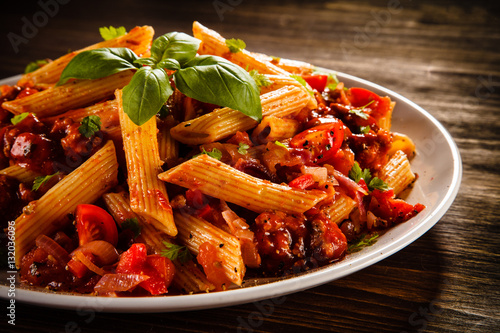 Papel de parede Penne with meat, tomato sauce and vegetables