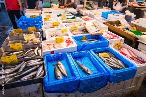 Fényképezés Shoppers visit Stalls selling fish in the tsukiji fish market  i
