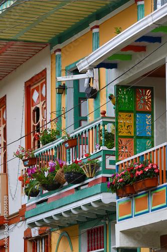 In de dag Zuid-Amerika land colourful colonial balconies in Colombia