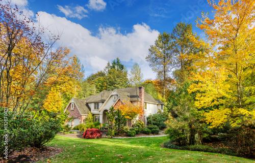 Plakat Podmiejski dom w jesiennym słońcu