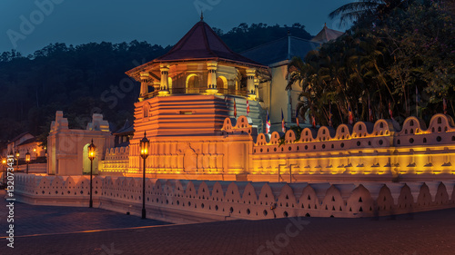 Fotografie, Obraz  Sri Lanka: Temple of the Tooth (Sri Dalada Maligawa), Kandy  at night