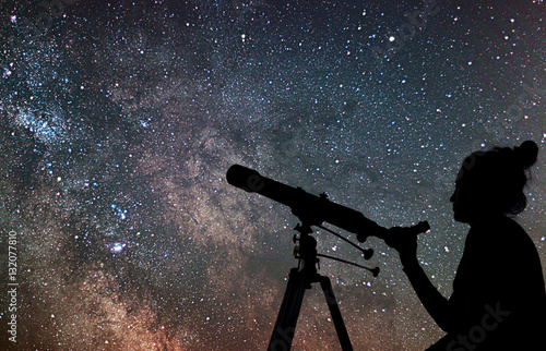 Fotografía  Woman with telescope watching the stars. Stargazing woman and ni