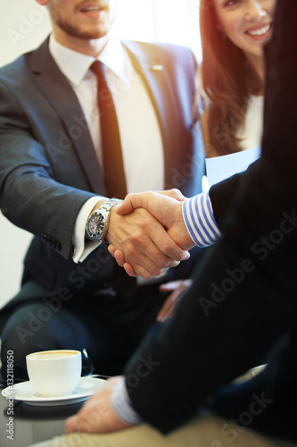 Fotografía  Business people shaking hands, finishing up a meeting.